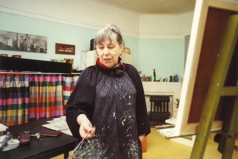 Bep in haar woonkamer/atelier in 1988