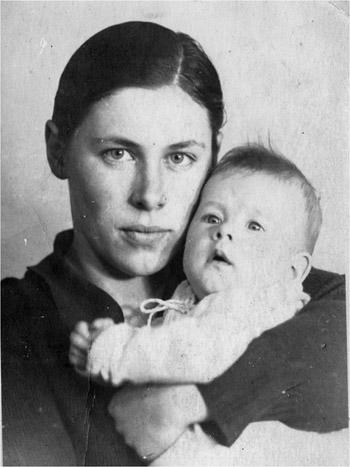 Bep in 1933 (zij was toen 19 jaar) met haar zoon Fons Seyler (fotograaf onbekend)