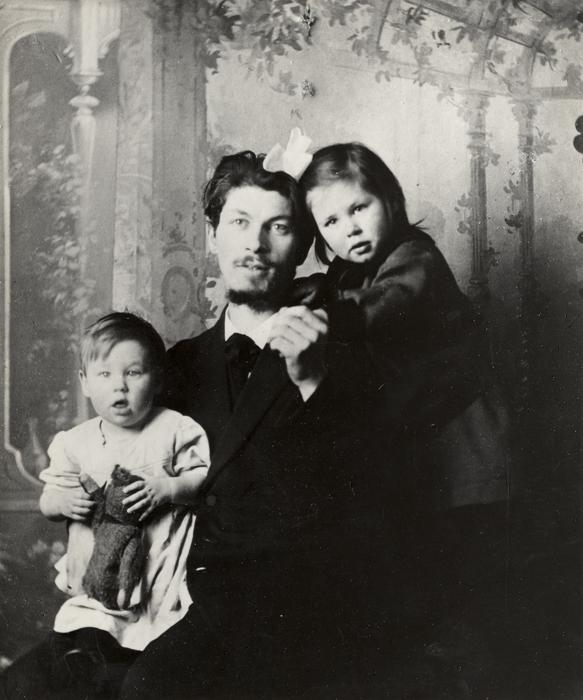 Gerrit Thomas Rietveld met zijn oudste kinderen Bep en Egbert (± 1917)