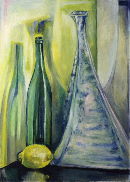 Flessen met citroen voor gele wand