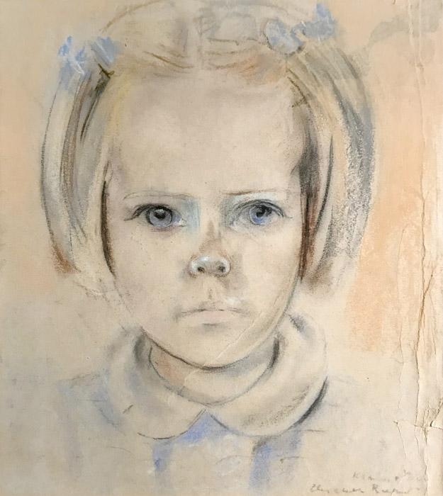 Mariëtte de Groot in kamp Kramat - pastel/papier 41x37,5 cm - Kramat Elisabeth Rietveld 30 november '44; rechtsonder. Mariette de Groot zat met haar moeder en broertje in de kampen Tjihapit (Bandoeng), Tjideng en Kramat (Batavia). Haar vader werkte bij de Esso op Zuid-Sumatra en had bij het uitbreken van de oorlog tevergeefs geprobeerd met zijn gezin naar Nederland terug te keren. Toen Mariëtte en haar moeder in 1988 het portret meebrachten naar de tentoonstelling van Bep in Katwijk, zei zij: 'ja, dat zijn die lege en hongerige kinderogen uit het kamp'.