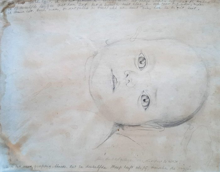 Baby Vrouwke 1939 Batavia – potlood/papier 26x20,5 – tekst/brief aan haar ouders, aan boven- en onderzijde. Bovenaan: Dit is de bovenkant, ik heb het getekend, terwijl ze in het bedje naar me lag te kijken en ik op dezelfde hoogte met haar zat. Het is eigenlijk niet klaar, en ook niet erg mooi, maar ik stuur het toch maar, omdat jullie er toch wel aan kunt zien hoe ze eruit ziet. Onderaan: Een dubbel gelegen oor, dit doet ze altijd. Vind je het niet grappig, Moeder, dat ze dezelfde streep heeft als jij tussen de oogjes